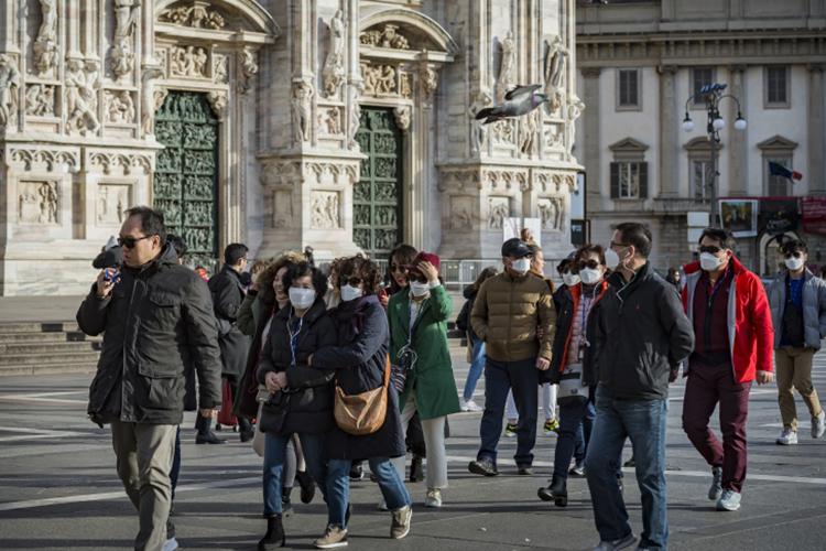 Вдругих странах заболеваемость колеблется— где-то влучшую сторону (Италия, ставшая именем нарицательным вначале пандемии, даже подумывает открыть границы для туристов), агде-то ковид активно распространяется