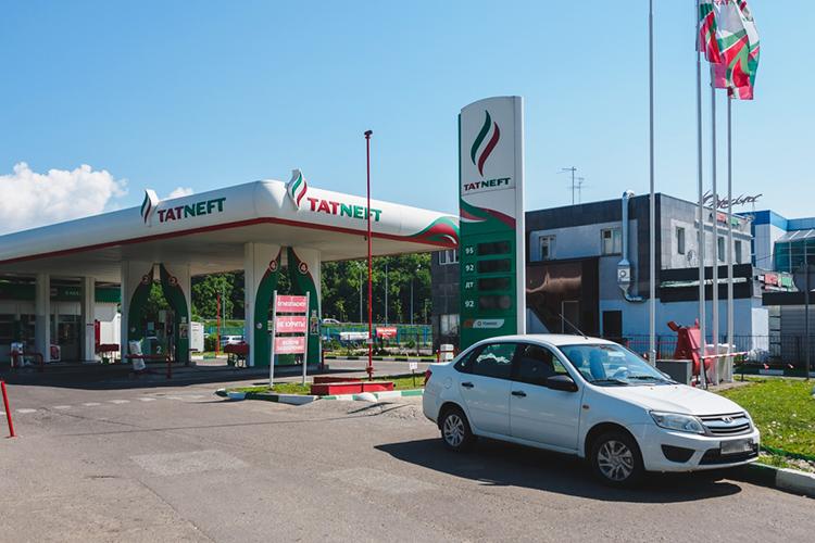 Если экспортные цены навысокооктановый бензин снизились на29% до28тыс. рублей затонну, товРоссии они выросли на6% до48,8тыс. рублей затонну. Получается, что бензин продавался вРФвсреднем в1,7 раза дороже, чем наглобальном рынке