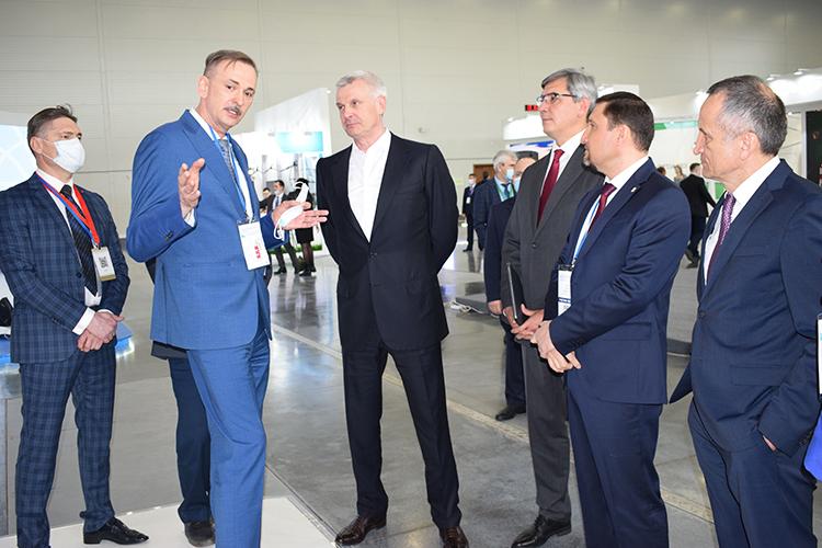После подписания стратегического документаСергей Носов посетил выставку ипообщался сруководством АО«Татэнерго» иИЦ«Энергопрогресс»
