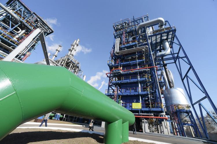 Технологически предприятия вНижнекамской промзоне настолько тесно связаны, что разделить ихкрайне затруднительно.НПЗ поставляет НКНХ порядка 1,3млн тонн прямогонного бензина ежегодно, акроме того, сжиженные газы