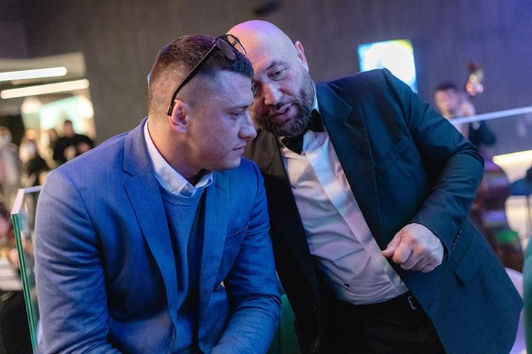 Остепени популярности артиста (Павел Прилучный слева) даже тем, кто несмотрит сериалы наПервом канале, стало понятно посамым настоящим восторженным визгам отнескольких молодых барышень