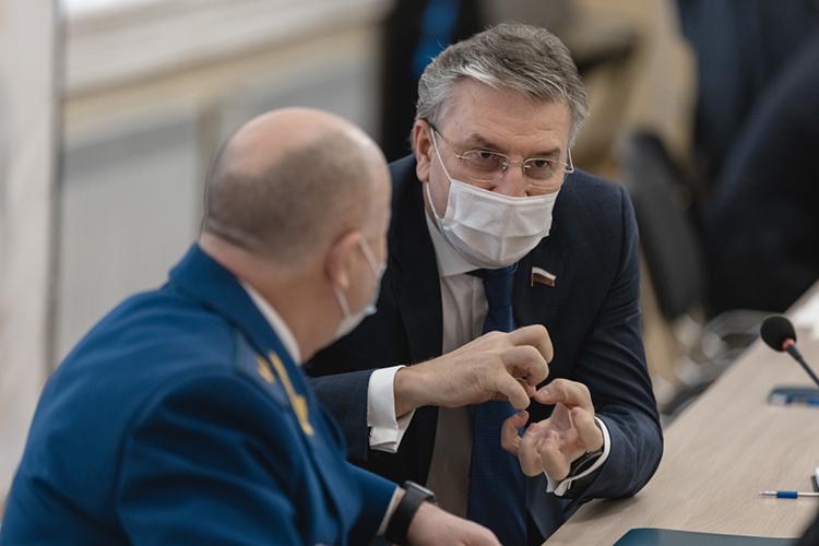 Айрат Фаррахов:«Коронавирусная инфекция никуда неушла, она ксожалению, изменила нашу экономику, наш уклад жизни. Нам сегодня необходимо оказать содействие быстрой иэффективной вакцинации»