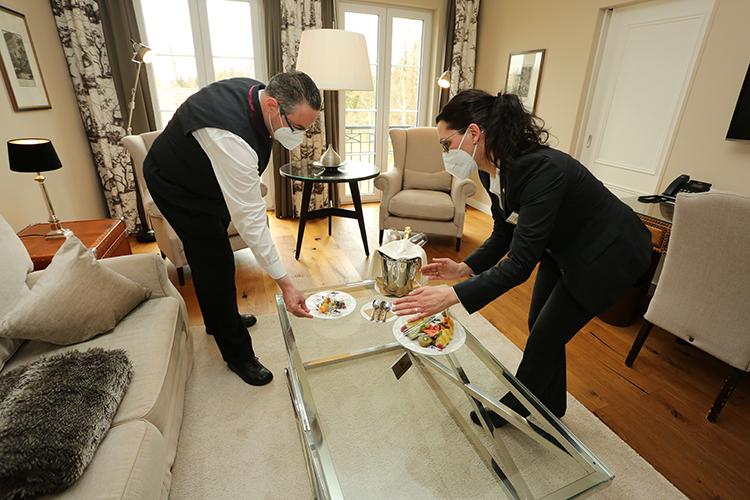 Дефицит сотрудников насегодня— полтысячи человек. Больше всего нехватает горничных (150 человек) иофициантов (150). Вкафе ирестораны нужны почти сотня поваров, пекарей икондитеров, вдефиците также кухонные работники, дворники, уборщики, хаусмены, портье, беллбои идругие