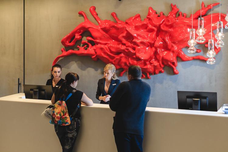 Впереди— летний сезон, инехватка персонала для гостиниц иресторанов может отразиться нетолько нафинансах, ноинакачестве приема гостей