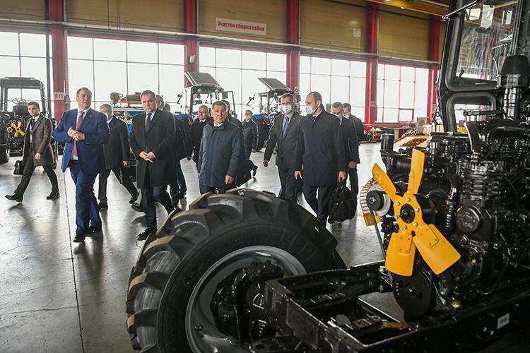 ОЭЗ «Алабуга» продемонстрировала Головченко площадку ООО«Торгово-производственная компания МТЗ-Татарстан», которая является единым оператором поставки тракторов «Беларус» вАО«Росагролизинг»