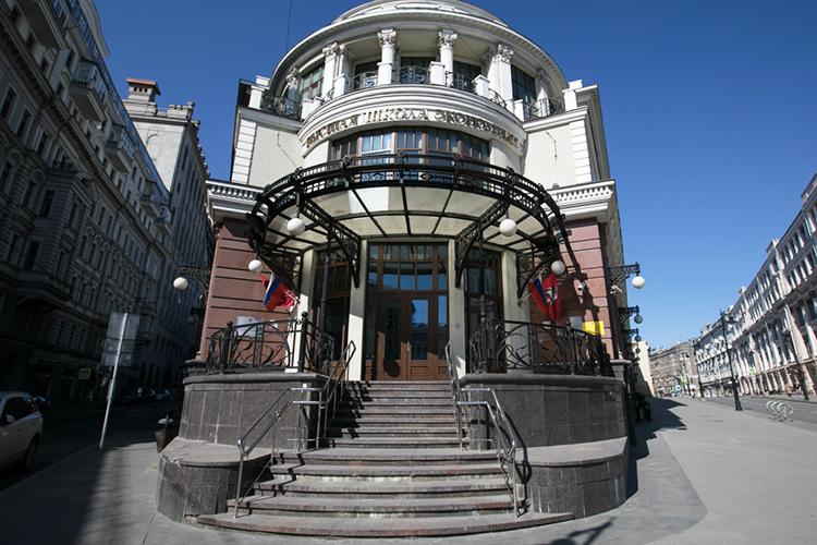 Бизнесмен помогаетВысшей школе экономикиилицею ВШЭ, школе «Сколково», ряду музеев итак далее