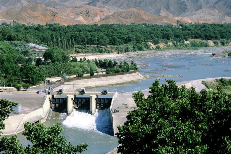 Острая фаза конфликта между Киргизией иТаджикистаном началась накануне врайоне водораспределительного пункта «Головной» вверховьях реки Исфара (на фото: гидротехническое сооружение на реке Исфара, архивное фото 1988 года)