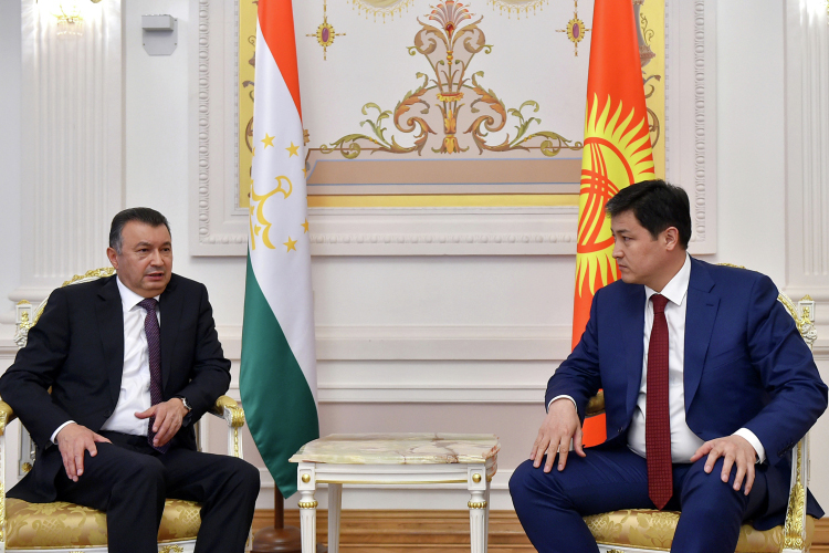 Площадкой для переговоров двух стран стала Казанская ратуша, где вэти дни проходит заседание Евразийского межправительственного совета. (на фото: премьер-министр Киргизии Улукбек Марипов (справа) и премьер-министр Таджикистана Кохир Расулзода)