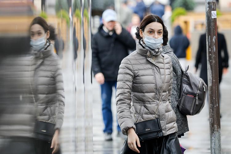 Роспотребнадзор замечает пренебрежительное отношение кмерам защиты, подчеркнула Авдонина иобратила внимание нато, как люди носят маски: она либо незакрывает нос, либо вообще расположена «где-то под подбородком»