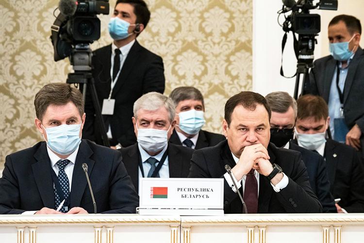 Белорусская сторона выступает заскорейшую реализацию мероприятий поэкономической интеграции стран, заявил Головченко (справа)
