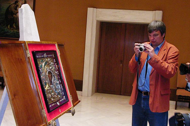 «Что было наместе обретения иконы, когда икона вернулась изВатикана вРоссию? Там действовала табачная фабрика, ибыло общежитие одного извузов Казани»
