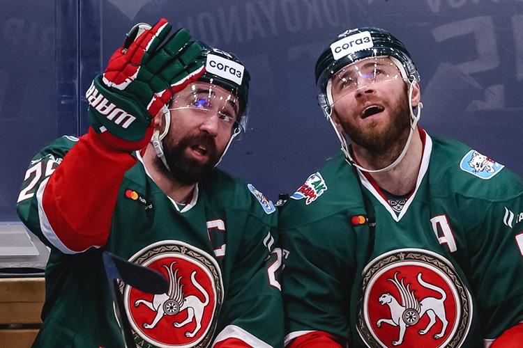 Зарипов (слева) уверяет руководителей казанского клуба, что еще может принести пользу команду. Хотя всем очевидно, что хоккеист уже давно банально неуспевает заскоростным хоккеем Квартальнова