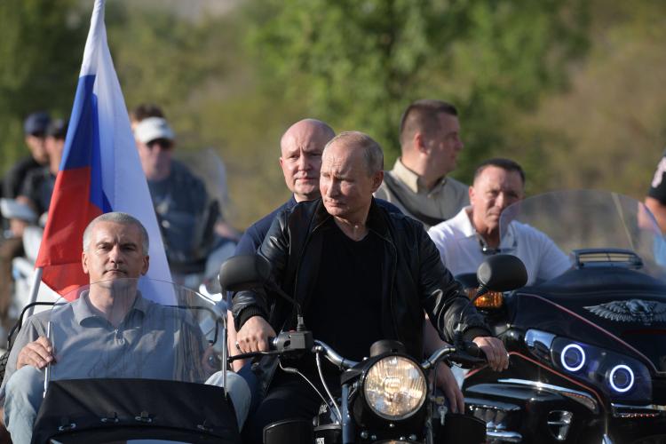 Владимир Путиннесколько раз участвовал вмотопробегах политически близких Кремлю «Ночных волков» вКрыму, причем еще стех пор, когда полуостров был украинским