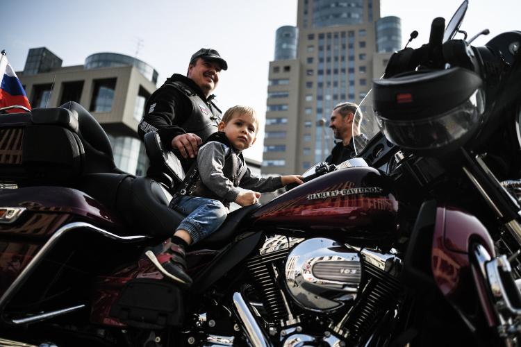 Вмире число членовHOG (HarleyOwnersGroup)насчитывается более 1,5млн человек. ВКазани ихпока порядка 50-70 человек. Чтобы вступить вмировой клуб достаточно лишь купить мотоцикл маркиHarley-Davidson