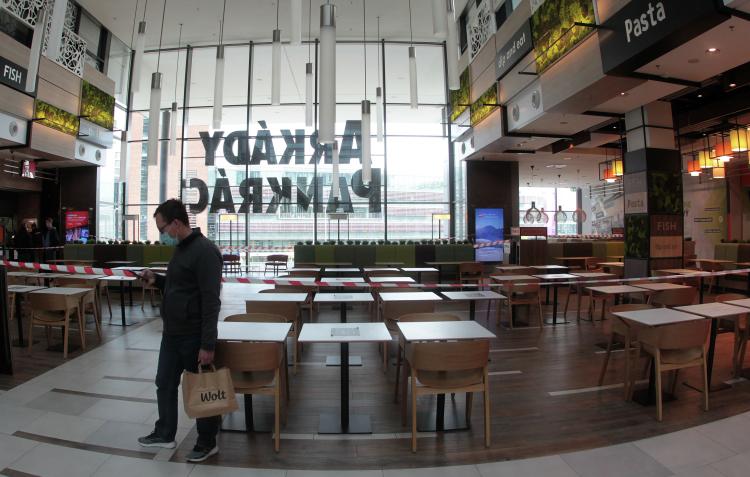 «Унас была огромная господдержка, новсе равно более 10 процентов ресторанов уже закрылось, кафешки умирают, вцентре Праги отели переделывают вквартиры— ихсдавать выгоднее, чем маленький пансион, потому что туристов нет второй сезон, город пустой»