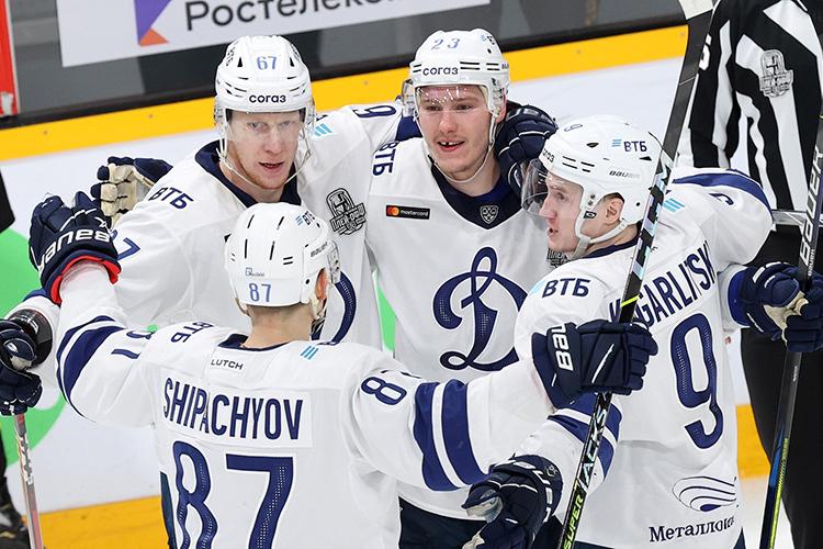 В«Динамо» нападающий играл впервом звене вместе сШипачёвым иЯшкиным. Это было лучшее звено КХЛ, которое тащило насебе «Динамо»