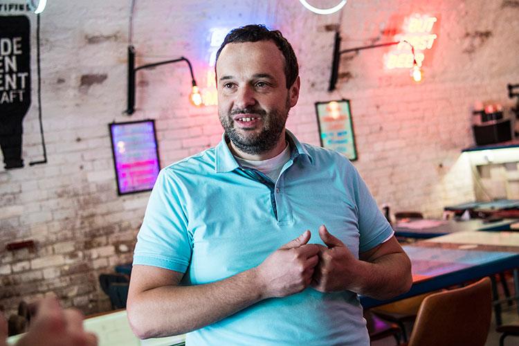 Ресторатор, директор пивоварни Brew Barrel Константин Иванов: «Традиционно выручка заведений упала на 30-50 процентов, потому что полгорода уехали. Но там, где были туристы, был рост»