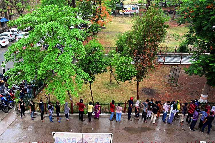 Очередь в Индии, чтобы принять первую дозу вакцины от коронавируса