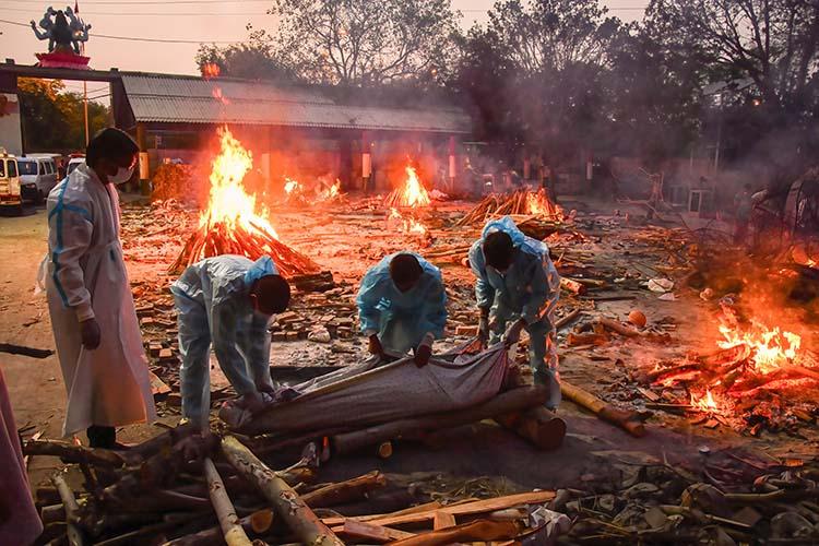 Индия почислу смертей обошла Мексику иподнялась натретье место (на фото: погребальные костры в Индии)