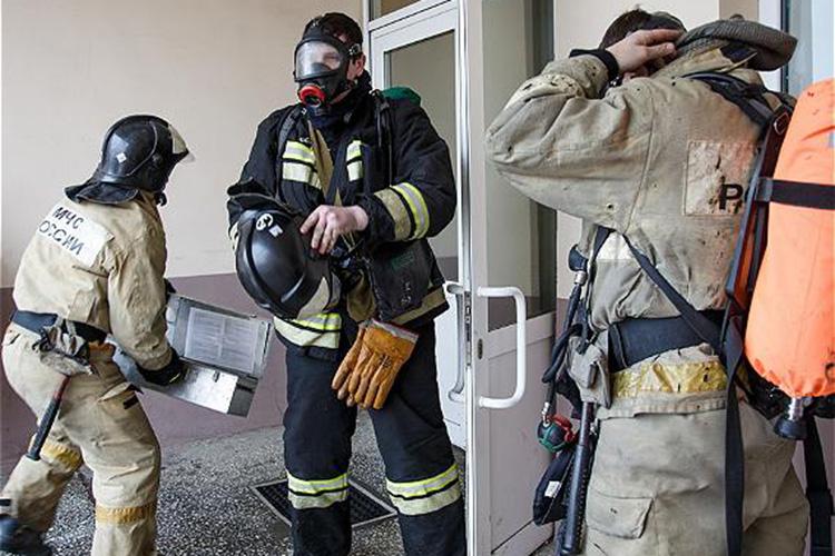 ВМЧС основными причинами пожаров, накоторых погибли люди, назвали неосторожное обращение согнем (53 случая), нарушение правил устройства иэксплуатации электрооборудования (24), неправильное устройство печей (8)