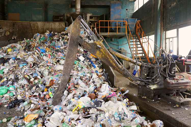 Вовремя интервью радио «Эхо Москвы» один изслушателейспросилуКонова, как компания собирается решать проблему загрязнения окружающей среды пластиком, который вконечном итоге вбольших количествах производит СИБУР. Наэто председатель правления ответил, что замена пластика другим материалом неявляется решением