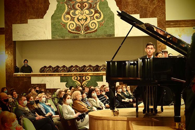 В первом отделении в Рапсодии солировал пианист Дмитрий Шишкин — лауреат множества международных конкурсов, в том числе обладатель II премии XVI Международного конкурса им. Чайковского