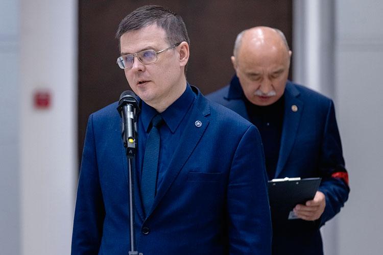 Иван Стойков рассказал, как навсегда вбились в память его лекции и выступления на научных конференциях, когда все слушали Коновалова, разинув свои рты, а тот непринужденно доставал из портфеля сложенные в оригами модели молекул