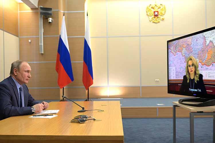 Владимир Путин попросил уточнить Татьяну Голикову, действительноли постране вцелом продолжается тренд наснижение заболеваемости. Вице-премьер заметила, что еще важно будет посмотреть наситуацию сзаболеваемостью непосредственно после майских праздников, когда все вернутся наработу после отдыха нетолько внутри страны, ноииз-за рубежа