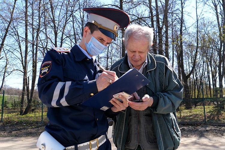 Пенсионер Анас Нуриев на проржавевшей насквозь «Ладе» отделался предупреждением: инспекторы приняли во внимание его возраст, водительский стаж и отсутствие штрафов