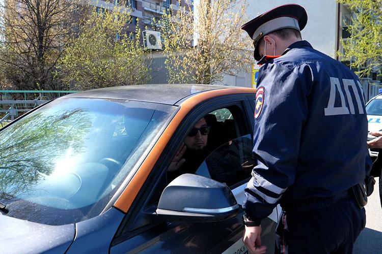 Старший лейтенант Динар Ситдиков сидя на переднем сиденье снимал впереди идущие автомобили на видеокамеру, чтобы не упустить момент, когда кто-то начнет поворачивать или перестраиваться из одного ряда в другой без сигнала