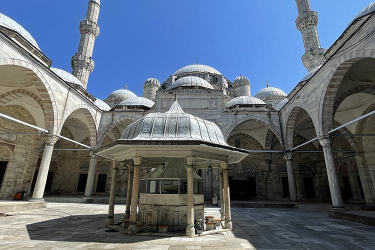 «Вчем плюс таких путешествий— это доступность всех туристических достопримечательностей. Водной изсамой большой мечети Стамбула— Сулеймание, которая вмещает 5тыс. человек ясидел практически один! Было немного странно»