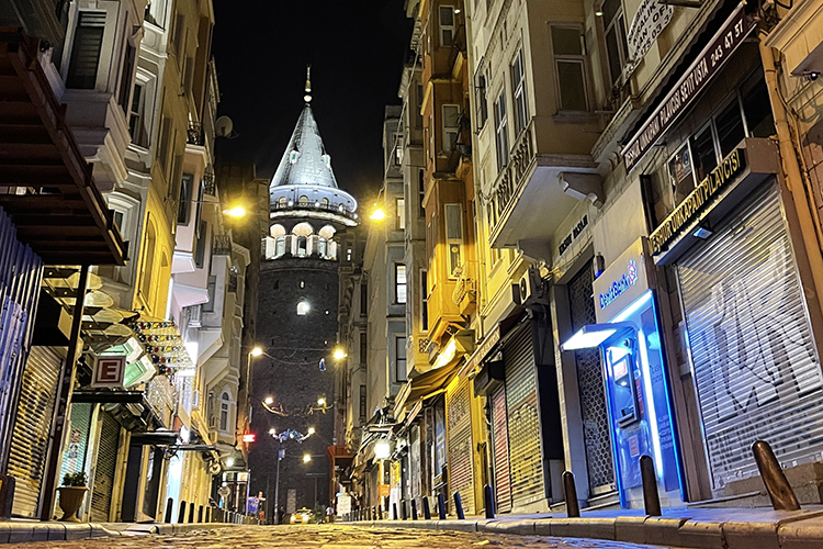 «В Турциизакрыли школы, местные вообще заперлисьдома. Все заведения закрылись иработали только ресторанчики навынос ипри отелях»