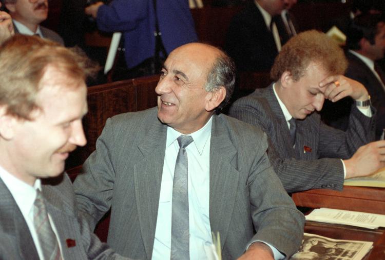 «Это, конечно, был честный человек (Егор Лигачев). Хотя нанего были нападки— Гдлян, Иванов пытались обвинить его вкакой-то коррупции. Тельман Гдлян (на фото) — был такой общественный деятель в Узбекистане»
