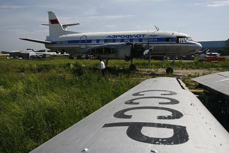 На аэродроме КАЗа стоит большой раритет - Ил-14