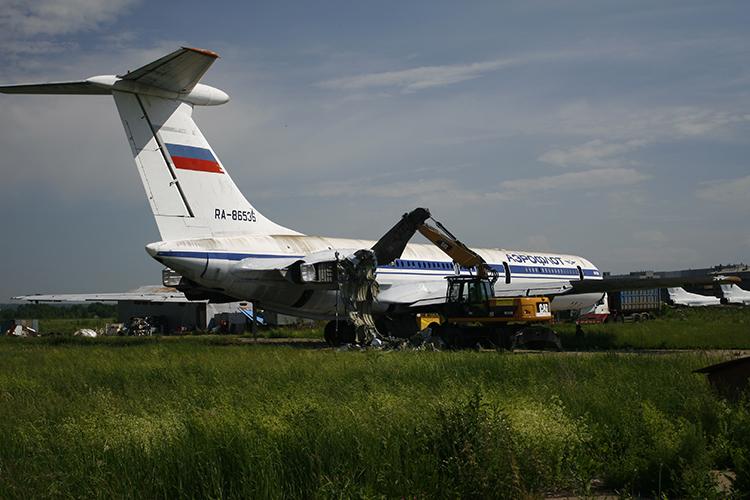 Раритетные машины может ожидать такие будущее. Резка Ил-62 на КАЗе