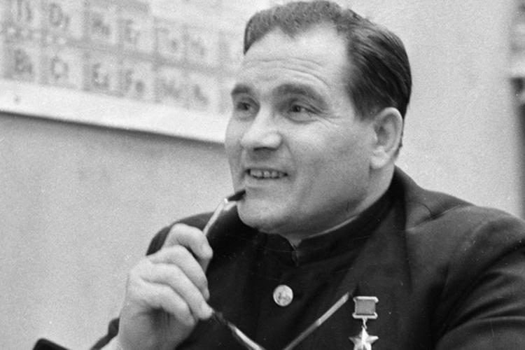 Между прочим, еще доплена в1944 году устаршего лейтенанта Девятаева была большая военная биография, апервый воздушный бой онпринял 22июня 1941 года