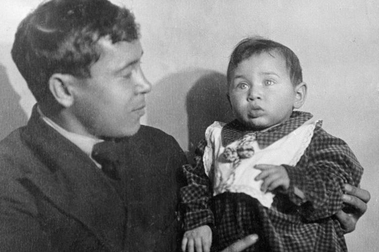 «Мусу Джалиля (на фотоМуса Джалиль с дочерью Чулпан)яникогда незабывал. ВБерлиненашел место, где ихказнили, очень тяжело надуше было»