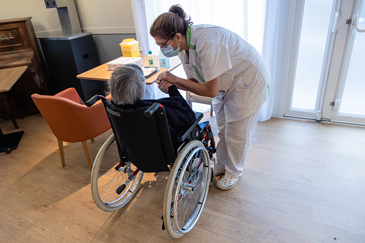 Есть такие сиделки, которые практически живут вбольнице, потому что там ихосновнойфронт работы. Уменя как-то тетя 10 дней жила вбольнице