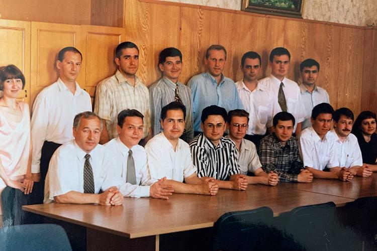 Юридическое образования Каминский (справа второй в нижнем ряду) получал вПермском государственном университете им.Максима Горького. Поступить туда в90-е годы было гораздо проще, чем вКГУ
