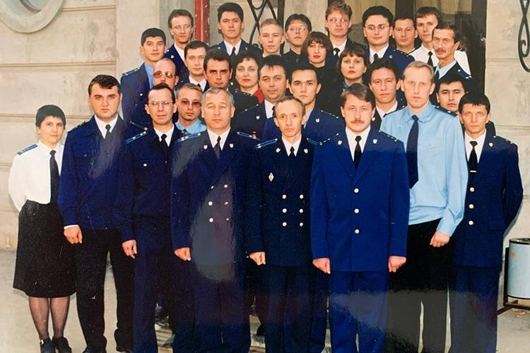 Как только Каминский получил диплом, топопросил перевести его сдолжности помощника прокурора навакансию старшего следователя прокуратуры