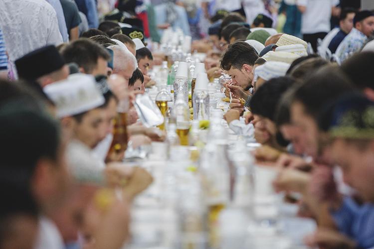 Главное— это невкусно поесть, аединение людей инаграда, которую Аллах обещает тем, кто накормит постящегося