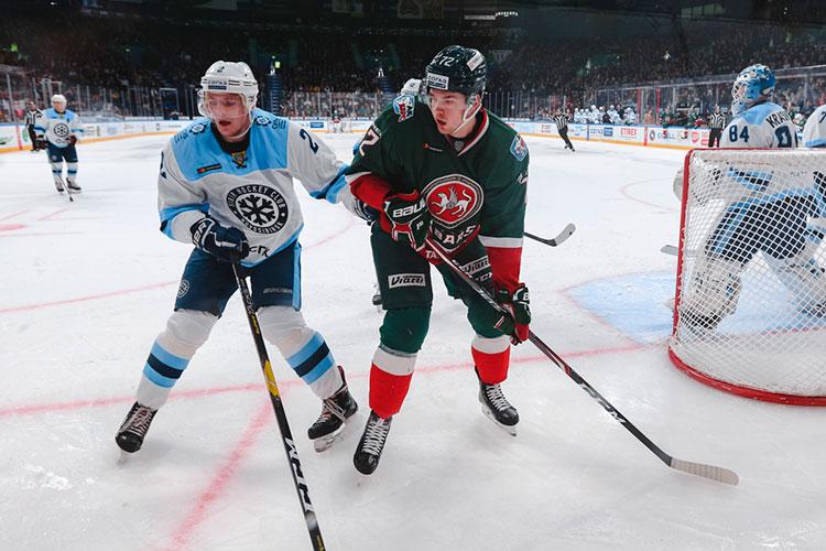 Николай Демидов (слева) недоволен своим положением в «Сибири» и уже второй сезон хочет покинуть её