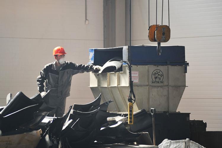 Внашей стране абсолютное большинство ТКО транспортируется отмусорных контейнеров напрямую кполигонам, илишь небольшая доля проходит через сортировку ипереработку