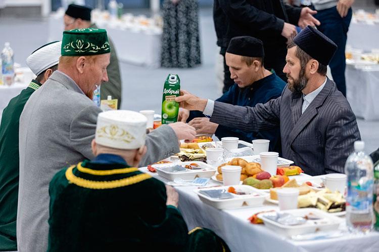 Праздничные дастарханы ифтара были накрыты вдругом помещении, все гости садились застолы, некоторые изних были маркированы табличками сфамилиями