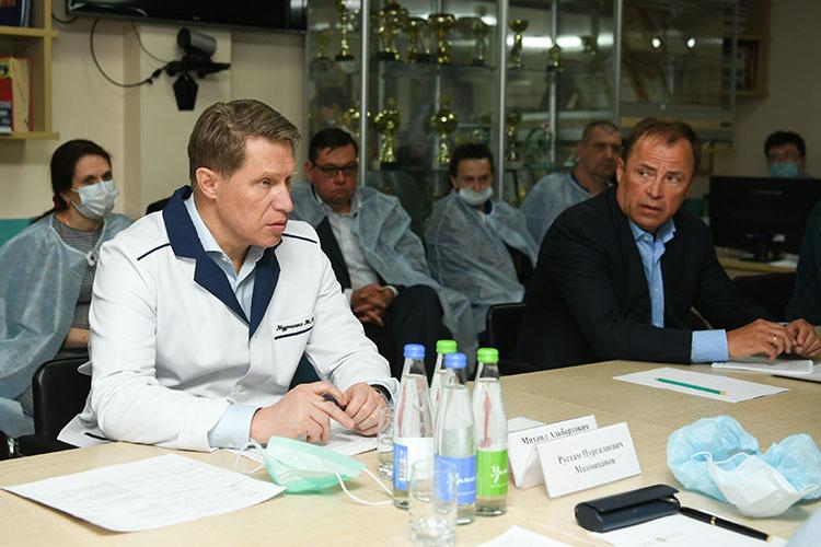 Михаил Мурашко (слева): «Сейчас [в Казани] стоит борт, укоторого есть возможность эвакуации до20 человек»