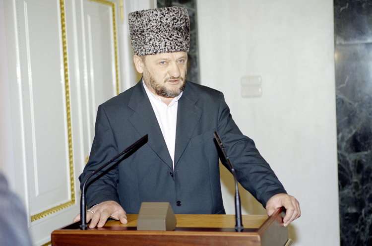 «Он (Ахмат Кадыров) был магнетическим лидером. Всегда держал свое слово какбы тяжело нибыло. Онговорил: «Хоть раз несдержу слово—подорву доверие ковсем своим родственникам»»