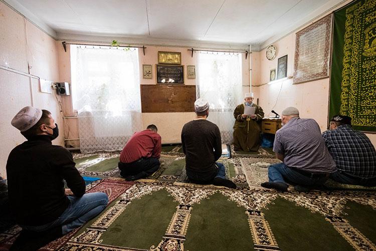 «Хвала Аллаху, народ ходит кнам, проводим пятничные намазы, вовремя Рамадана таравих читаем. Еслибы никто неходил, ябы здесь несидел»