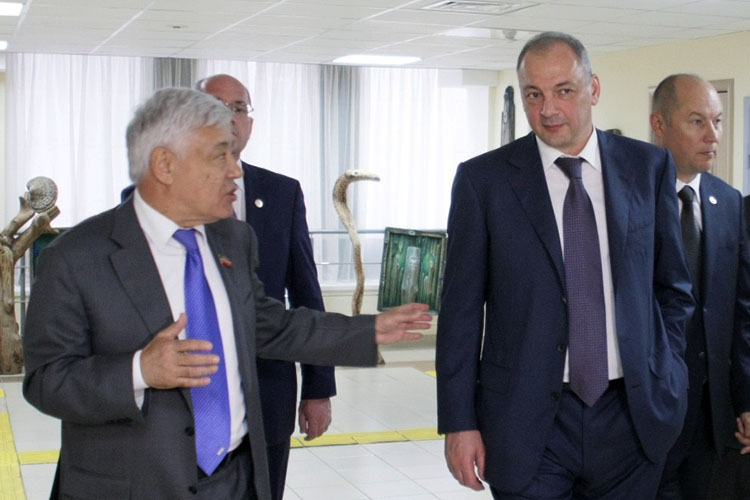 Магомедсалам Магомедов(второй справа)— замруководителя администрации президента России, отвечающий как раз занациональные ирелигиозные вопросы