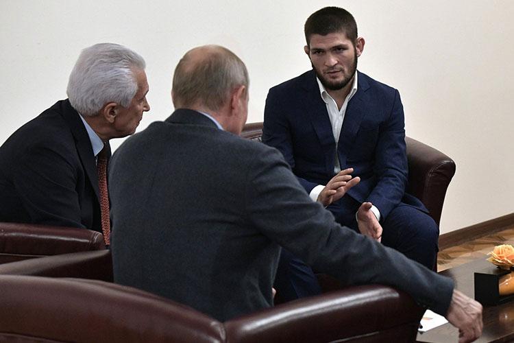 Хабиб Нурмагомедов(справа) –непререкаемый авторитет вДагестане