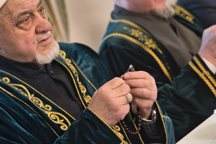Коран-хафизСуенов вновь прочел аяты изСвященного Корана, авот вознести мольбу кАллаху Камиль хазрат доверил председателю аксакаллар шурасы (совета старейшин) ДУМ РТАйрату Аюпову
